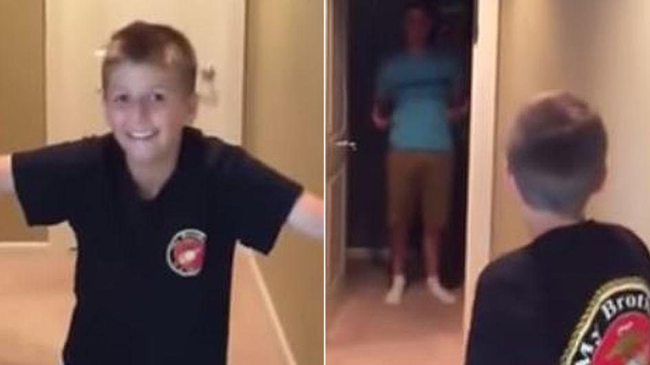 Nach sechs Monaten sieht er seinen großen Bruder endlich wieder. Seine Reaktion ist wirklich mitreißend.