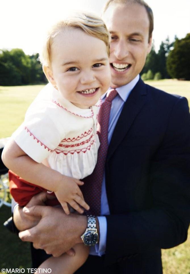 Il piccolo George con il papà