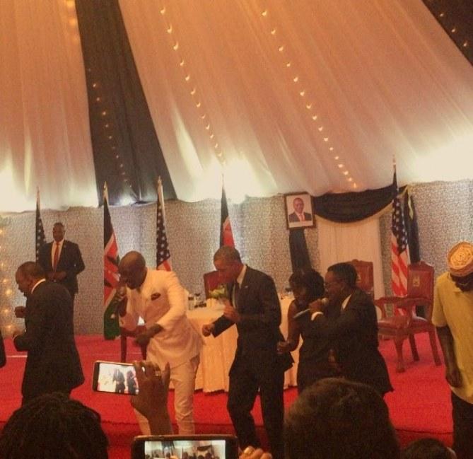 Barack Obama danse au Kenya