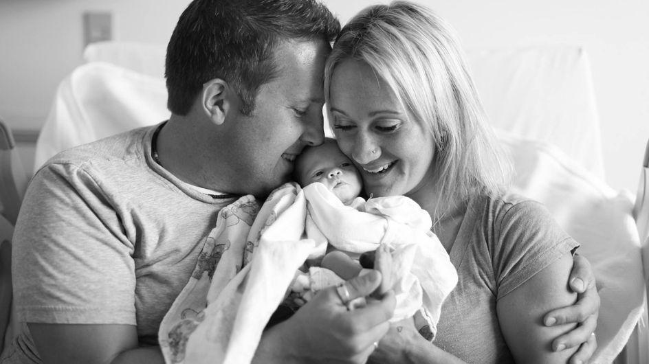 Rührende Aufnahmen: Diese Eltern halten zum ersten Mal ihre Adoptivtochter im Arm