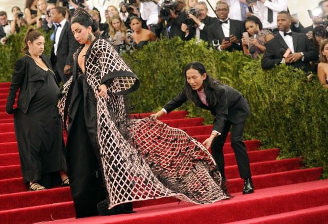 Wang colocando el vestido de Lady Gaga en  MET'15