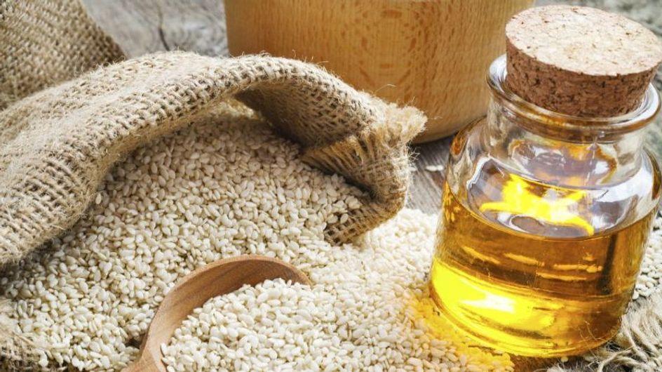 Ricco di vitamine, antiossidanti e amminoacidi preziosi: scopri come inserire l'olio di sesamo nella tua beauty routine