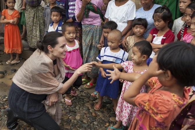 Angelina Jolie à la rencontre d'enfants dans une camp de réfugiés