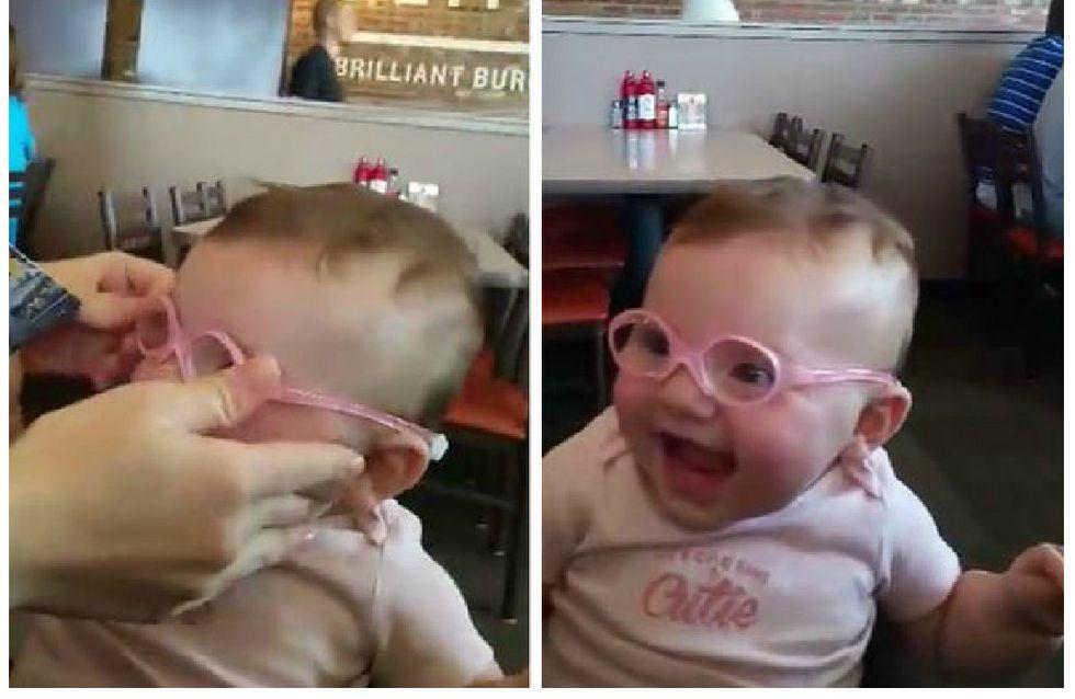 Cette petite fille exprime sa joie en découvrant ses parents pour la première fois