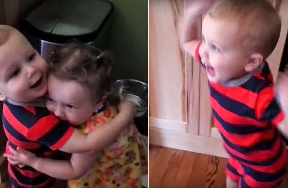 So sieht wahre Freude aus: Dieser kleine Junge bekommt eine Umarmung - und flippt dann völlig aus!