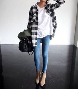 Con camisa de cuadros y jeans