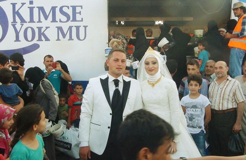 Para comemorar casamento, casal decide gastar o dinheiro da festa para alimentar 4 mil pessoas