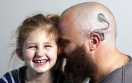 Un padre se hace un tatuaje para que su hija no se sienta diferente