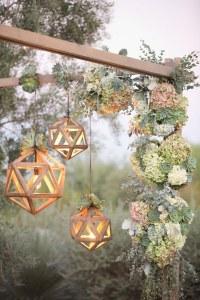 Lampions en bois suspendus