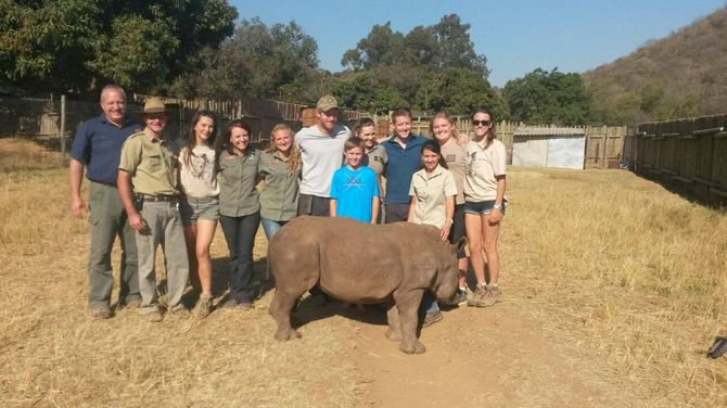 Le Prince Harry et l'équipe d'une réserve animalière