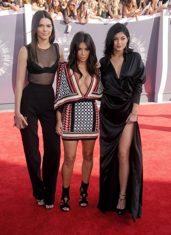 Kim Kardashian entourée de Kendall et Kylie Jenner