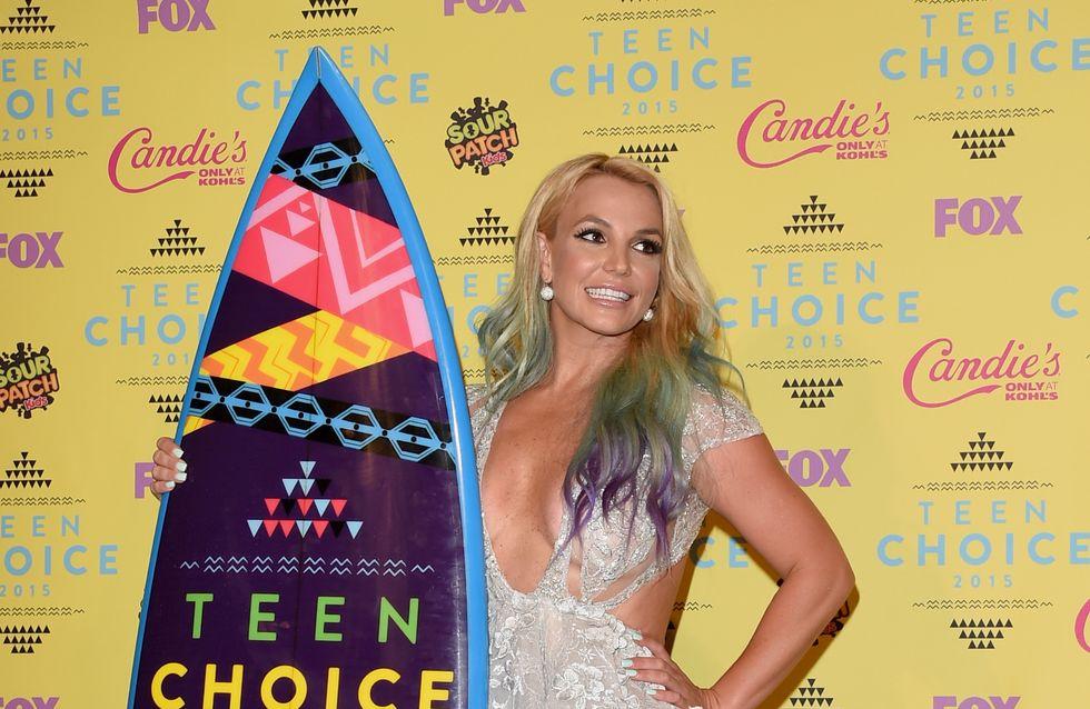 Britney Spears, décolleté XXL et cheveux arc-en-ciel aux Teen Choice Awards (Photos)