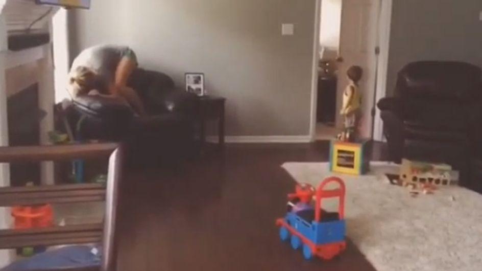 Verstecken spielen mit den Kindern? So absurd benehmen sich Eltern dabei