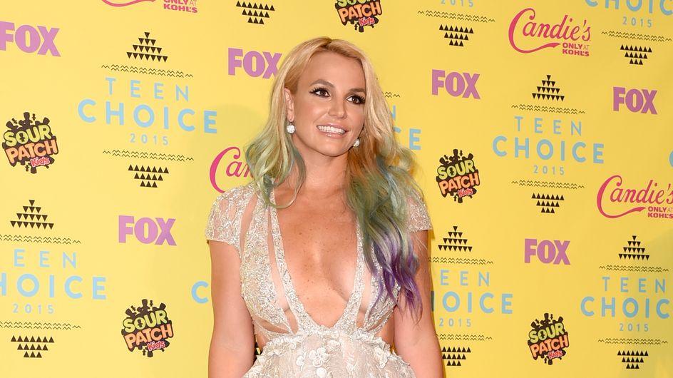 Britney Spears joue les sirènes en bikini au bord de la piscine (Photo)