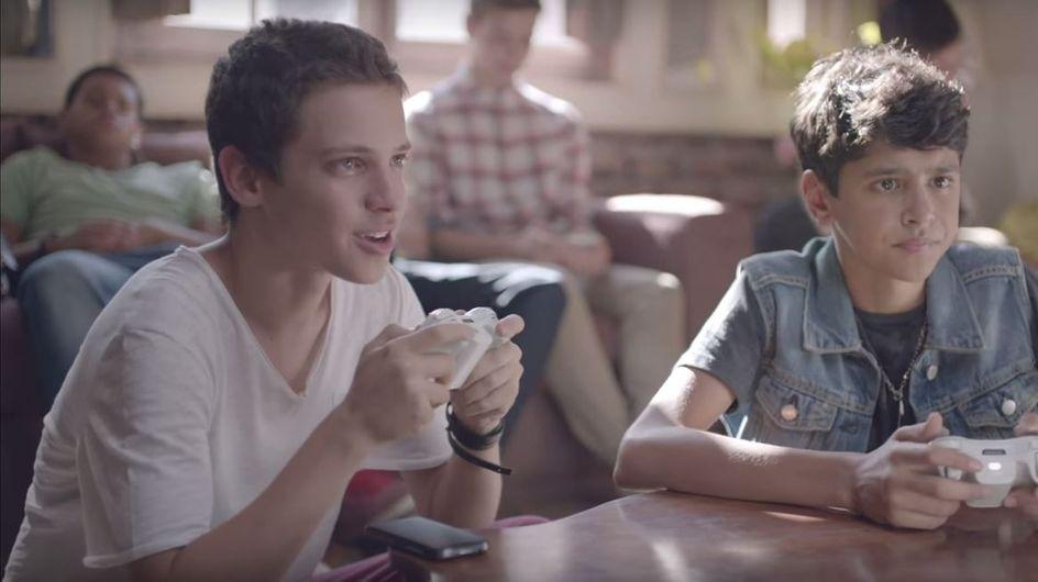 Un court-métrage pour Coca-Cola met en avant l'amour de deux ados gays (Vidéo)