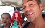 Sein 4-jähriger Sohn wünscht sich eine Barbiepuppe - und dieser Vater reagiert g