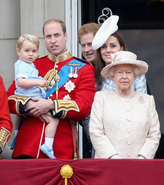 Le Prince William, la Reine Elizabeth II, Le Prince George et Kate Middleton