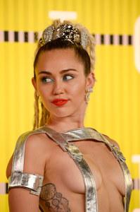 Miley Cyrus presque nue aux MTV VMA