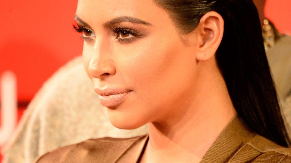 Kim Kardashian affiche son baby bump bien rond (Photos)