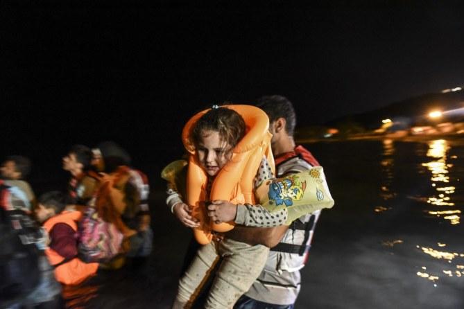 Une réfugiée et son père embarquent dans un bateau pour rejoindre la Grèce