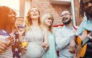 Si può bere vino in gravidanza? E mangiare dolci con liquore? Le risposte del me