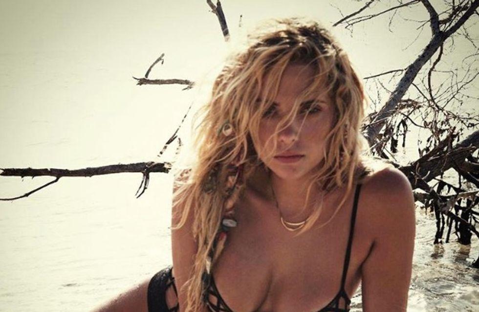 Ashley Benson dévoile son décolleté dans un bikini affriolant (Photos)