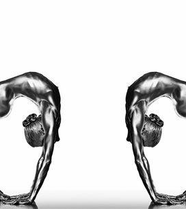 Bañados en plata: La belleza de la danza al desnudo