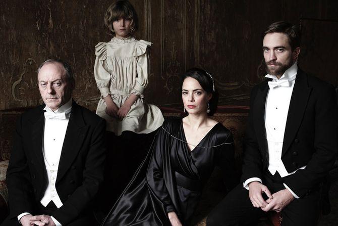 Bérénice Béjo et Robert Pattinson dans L'Enfance d'un chef