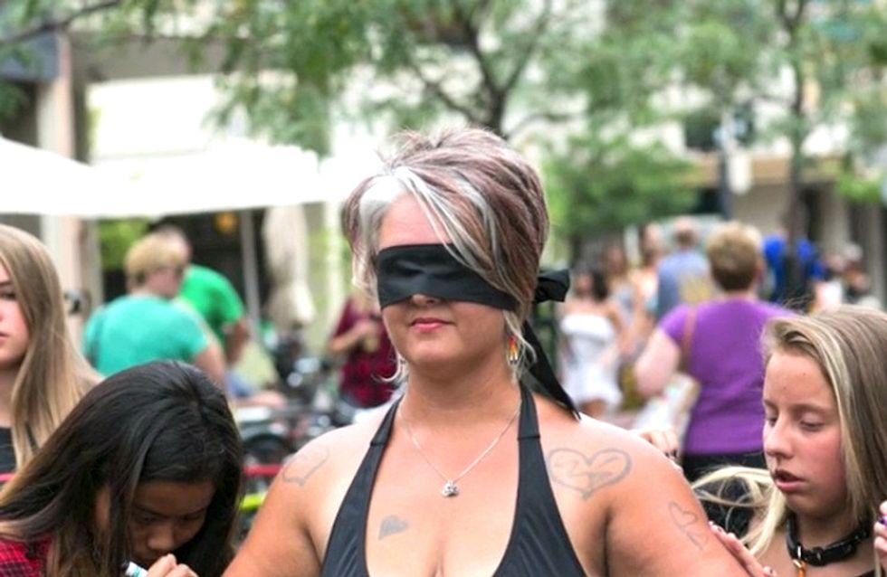 Une maman dévoile son corps en pleine rue pour inciter les gens à s'accepter (Vidéo)
