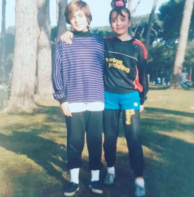 La foto di Ambra bambina con l'amica Francesca
