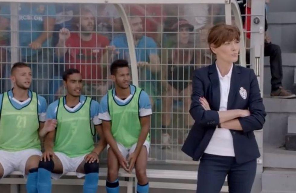 Carla Bruni plaque tout pour entraîner une équipe de foot (et faire de la pub) (Vidéo)