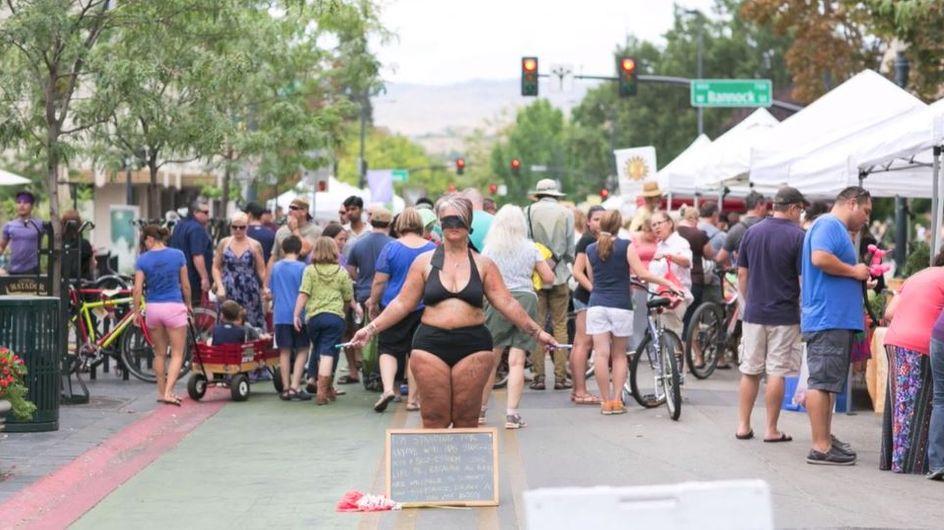 Diese Mutter stellt sich fast nackt mitten auf einen Marktplatz - schaut zu, was dann passiert
