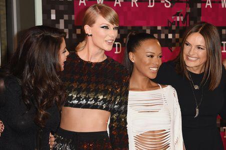 Taylor Swift et Mariska Hargitay (à droite)