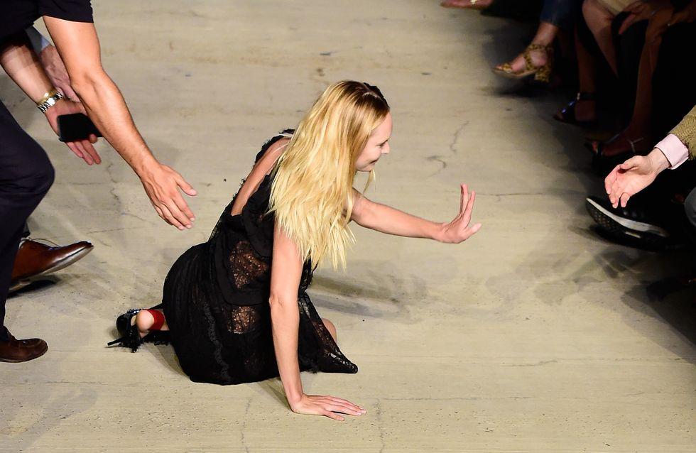 Candice Swanepoel chute en plein défilé à la Fashion Week de New York (Photos)