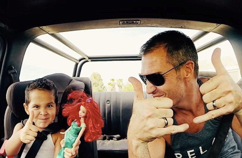 Un père encourage son fils à jouer à la poupée (Photos)