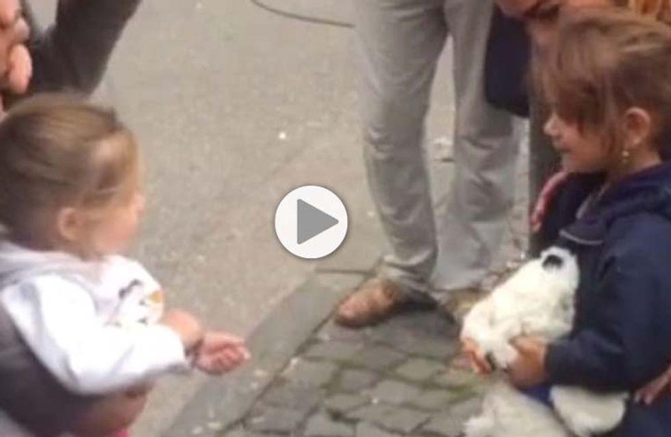 Le geste d'une fillette allemande à une petite réfugiée syrienne (Vidéo)