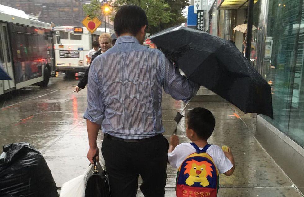 « Le papa au parapluie », la photo qui fait fondre la Toile
