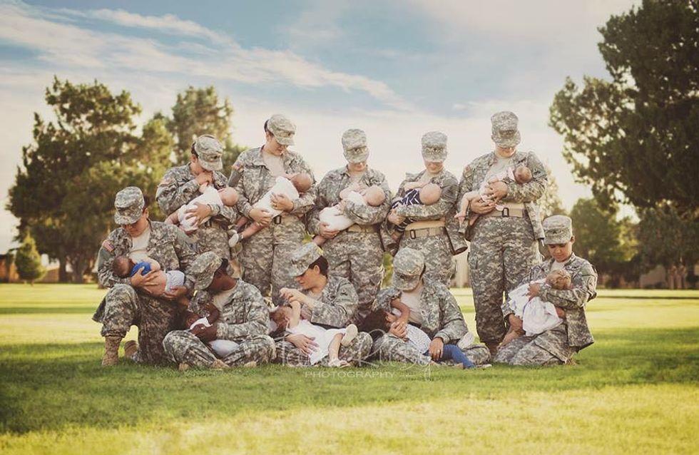 Des femmes militaires en uniforme posent en train d'allaiter (Photo)