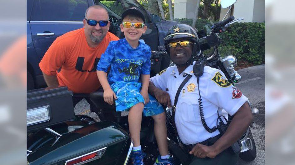 Ein kleiner Junge hilft einem Polizisten und setzt damit etwas Unglaubliches in Bewegung