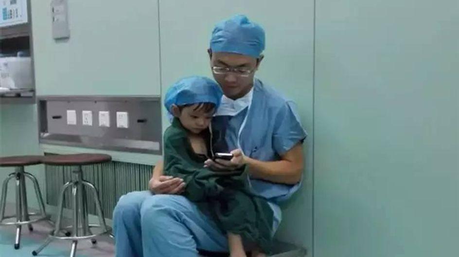 Dieses Bild geht um die Welt: Ein Arzt tröstet seine kleine Patientin vor ihrer großen OP