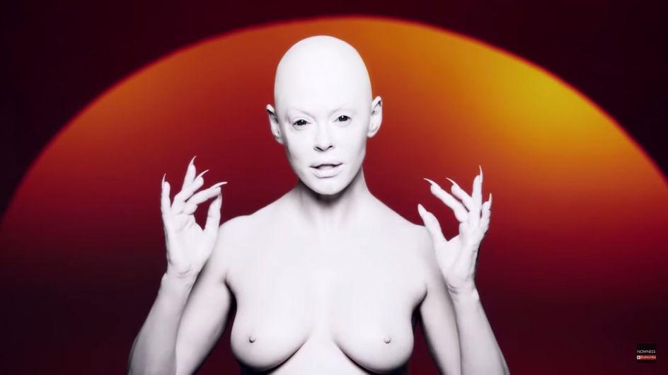 Rose McGowan, seins nus et chauve pour son premier titre contre le bodyshaming (Vidéo)