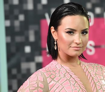 Demi Lovato pose topless pour le magazine Complex (Photos)