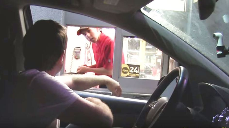 Was dieser Mann ahnungslosen Fast Food Mitarbeitern antut, ist der Hammer!!!