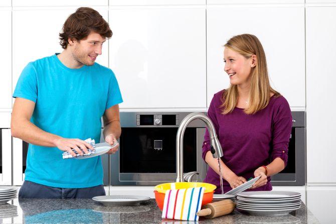 Couple faisant la vaisselle