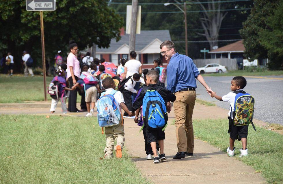 Kleine Geste mit großer Bedeutung: So einen Lehrer wünschen wir uns wohl alle für unsere Kinder