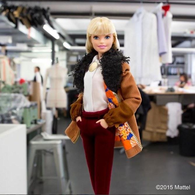 Barbie en train de shopper chez Carven