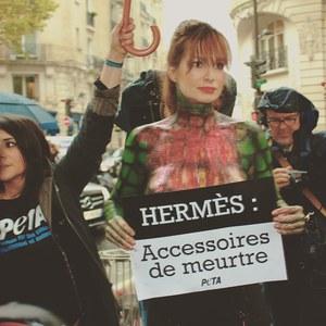 Alexandra Kamp, à moitié nue, crée le buzz chez Hermès