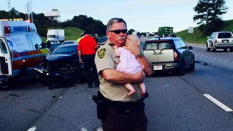Die bewegende Geschichte hinter diesem Foto eines Polizisten wird euch zu Tränen rühren