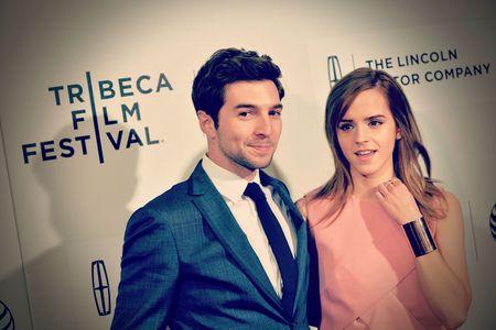 Roberto Aguire et Emma Watson sur le tapis rouge.