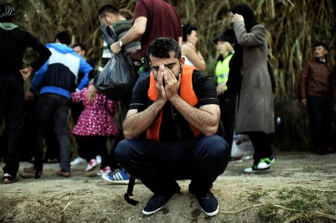 Un réfugié arrive sur une plage de l'île de Lesbos en Grèce